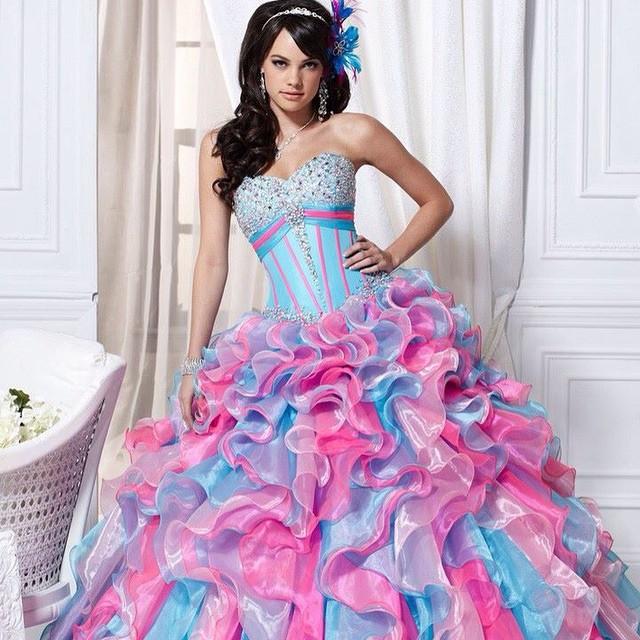 Azul e rosa, super lindo vocês não acham? ❤️ muito mais em www.debuteen.com.br #dress #vestido #rosa #azul #debuteenblog #debutantes
