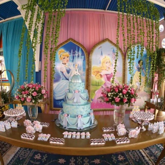 Linda foto de @adrianabombocado #festa #princesas #debuteenblog